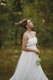Waldfeenhaftes schönes Mädchen im Weiß Lizenzfreie Stockbilder
