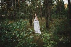Waldfeenhaftes schönes Mädchen im Weiß Stockfoto