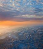 Waldfläche mit schönem Sonnenuntergang im Winter Lizenzfreies Stockfoto