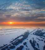 Waldfläche mit schönem Sonnenuntergang im Winter Stockfoto