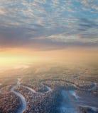 Waldfluß mit schönem Sonnenaufgang im Winter Lizenzfreies Stockfoto