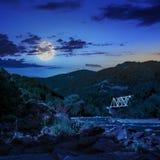 Waldfluß mit Steinen und Gras nachts Lizenzfreies Stockbild