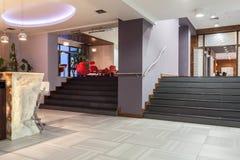 Waldhotel - Treppe lizenzfreie stockfotos