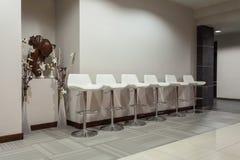 Waldhotel - weiße Stühle Stockfotografie