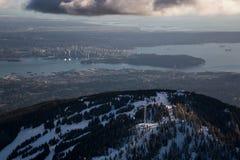 Waldhuhn-Berg mit Vancouver im Stadtzentrum gelegen im Hintergrund lizenzfreie stockfotografie