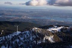 Waldhuhn-Bergwind-Turbine mit Vancouver im Hintergrund stockfotografie