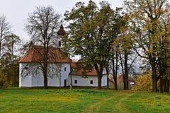 Waldkapelle an einem Herbsttag stockfotografie