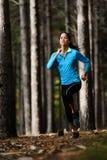 Waldlaufende Frau Lizenzfreies Stockfoto