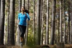Waldlaufende Frau Lizenzfreie Stockbilder