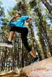 Waldlaufende Frau Stockfoto