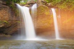 Waldnatürlicher Wasserfall auf dem Felsen Stockbild