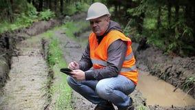 Waldoffizier auf rutted Waldweg stock footage