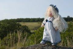 Waldorf-Puppe an der Natur Stockbilder