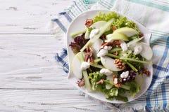 Waldorfsalade met appelen, selderie en okkernoten horizontale bovenkant vi Stock Foto