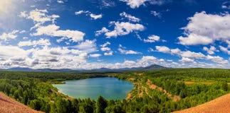 Waldseeblick von einer Höhe Stockbild