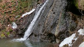 Waldwasserfall im Winter stock video footage