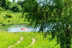 Waldweg auf See mit rotem Regenschirm der Ansicht lizenzfreies stockfoto