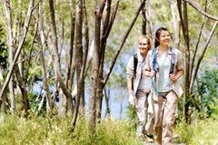Waldwegfrauen lizenzfreies stockfoto
