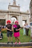 Walencja Hiszpania, Czerwiec, - 16, 2018: Dwa ludzie w homoseksualnej dumy dniu paradują przed zabytkiem z dużym krzyżem obraz royalty free