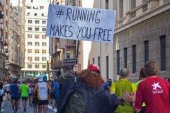 WALENCJA HISZPANIA, GRUDZIEŃ, - 2: Biegacze trząść ręki z osobami obecnymi przy XXXVIII Walencja maratonem na Grudniu 18, 2018 w  zdjęcie stock