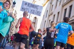 WALENCJA HISZPANIA, GRUDZIEŃ, - 02: Biegacze współzawodniczą w XXXVIII Walencja maratonie na Grudniu 18, 2018 w Walencja, Hiszpan obrazy stock