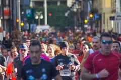 WALENCJA HISZPANIA, GRUDZIEŃ, - 02: Biegacze współzawodniczą w XXXVIII Walencja maratonie na Grudniu 18, 2018 w Walencja, Hiszpan zdjęcia stock