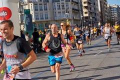 WALENCJA HISZPANIA, GRUDZIEŃ, - 02: Biegacze współzawodniczą w XXXVIII Walencja maratonie na Grudniu 18, 2018 w Walencja, Hiszpan obrazy royalty free