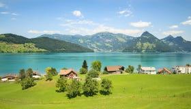 Walensee und Dorf Stockfoto