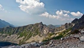 Walentkowy Wierch con altri picchi con il lago Zadni Staw Polski in alte montagne di Tatras Immagini Stock