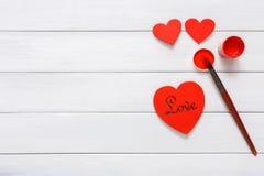 Walentynek diy handmade serca robi, odgórny widok na drewnie Fotografia Royalty Free
