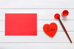 Walentynek diy handmade serca robi, odgórny widok na drewnie Zdjęcia Stock