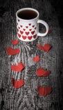 Walentynek serca i filiżanka herbata na starym drewnianym stole stonowany Fotografia Royalty Free