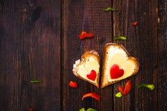 Walentynka ściska śniadaniowych kochanków drewnianych Zdjęcia Royalty Free