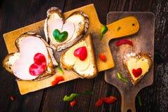 Walentynka ściska śniadaniowych kochanków drewnianych Zdjęcia Stock