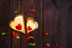 Walentynka ściska śniadaniowych kochanków drewnianych Zdjęcie Stock