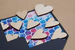 Walentynka dnia Błękitna Kolorowa koperta, Drewnianego laseru Rżnięty serce valentine i miłości pojęcie roczna tła bieli drewna Obraz Royalty Free