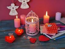 Walentynka dnia dekoracyjny skład płonące świeczki w postaci róż, dekoracyjni lampiony z płonącymi świeczkami obrazy royalty free