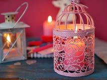 Walentynka dnia dekoracyjny skład płonące świeczki w postaci róż, dekoracyjni lampiony z płonącymi świeczkami zdjęcie royalty free