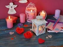 Walentynka dnia dekoracyjny skład płonące świeczki w postaci róż, dekoracyjni lampiony z płonącymi świeczkami zdjęcia royalty free