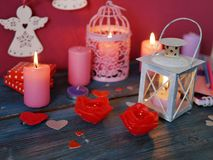 Walentynka dnia dekoracyjny skład płonące świeczki w postaci róż, dekoracyjni lampiony z płonącymi świeczkami obraz stock