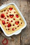 Walentynka dnia deserowy pomysł - truskawkowy kulebiak z kierowym decorati Zdjęcia Stock