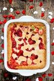 Walentynka dnia deserowy pomysł - truskawkowy kulebiak z kierowym decorati Obrazy Royalty Free