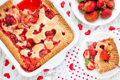 Walentynka dnia deserowy pomysł - truskawkowy kulebiak z kierowym decorati Obrazy Stock