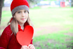 Walentynka dnia dziewczyna trzyma wielkiego serce Zdjęcia Stock