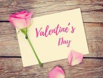 Walentynka dnia fotografii lub kartka z pozdrowieniami rama i menchii róża Zdjęcie Stock