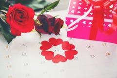 Walentynka dnia kalendarza miłości czasu pojęcia ed serce na Luty 14 Świątobliwy walentynka dnia menchii prezenta pudełko i czerw obrazy royalty free