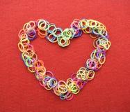 Walentynka dnia karta - serce robić od drutu na czerwonym tle Zdjęcia Royalty Free
