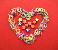 Walentynka dnia karta - serce robić od drutu na czerwonym tle Obrazy Stock