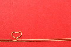 Walentynka dnia karta - serce robić od drutu na czerwonym tle Zdjęcie Royalty Free