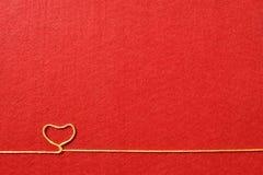 Walentynka dnia karta - serce robić od drutu na czerwonym tle Fotografia Royalty Free